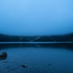 gladina jezera v megli
