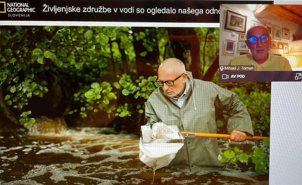 prof. dr. Mihael J. Toman pri zajemnju vzorca vode iz reke