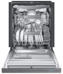 odprt pomivalni stroj poln posode