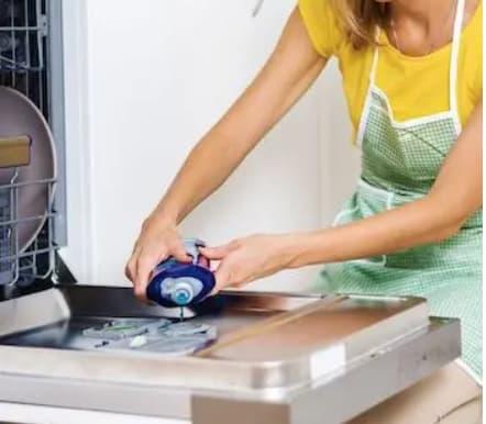 polnjenje stroja z detergentom